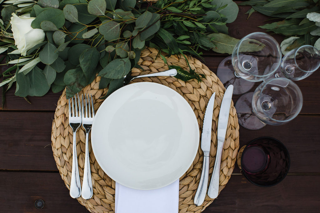 place setting with jute mat, white plate and napkin and greenery, barcelona brides